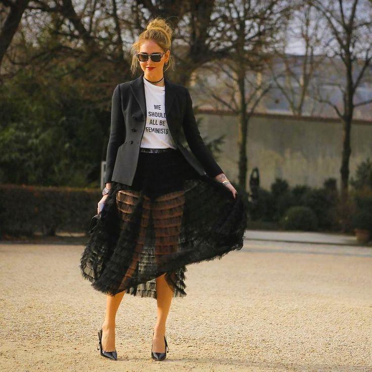 """#ChiaraFerragni con t-shirt slogan e bar jacket e gonna di piume e di tulle e sling-back """"J'adior"""" prima della sfilata di #Dior. Solo per iniziare ad addentrarsi nel magico mondo dell'#HauteCouture by #MariaGraziaChiuri,"""