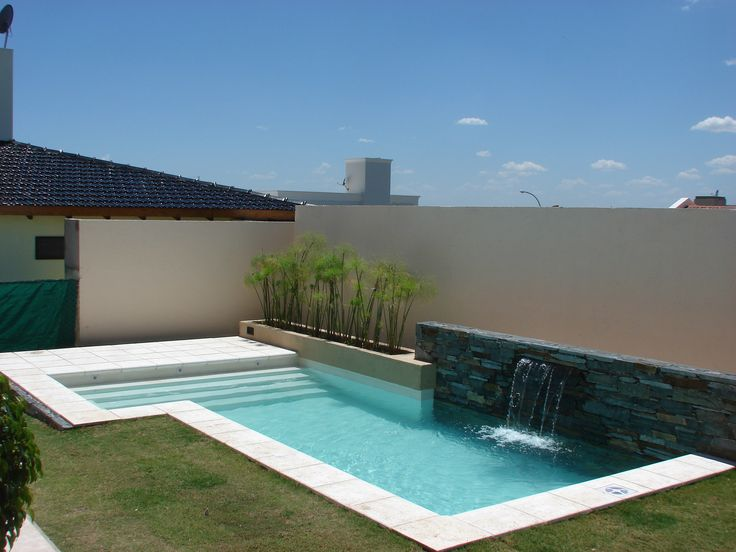 Piscina familiar muro revestimiento en piedra lengua for Casa y jardin abc color