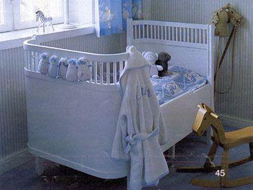 En tremmeseng skal der til. Jeg selv drømte om lille per sengen (Juno-seng), som både er en babyseng og en juniorseng, men den er dyr. Så endte med en helt alm. tremmeseng, som kan købes de fleste steder. For at pifte den op, malede jeg den lyseblå til vores lille dreng.