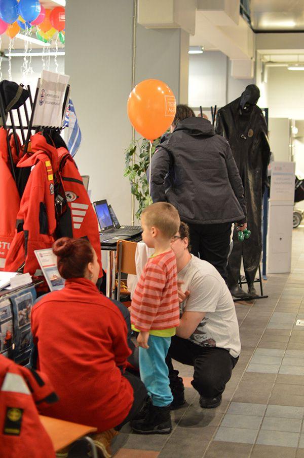 Pikkupojalla on esittelypisteellä syvälliset mietteet kun hän huokaisee ihastuneena, että hänestäkin tulee isona meripelastaja. Oulu (Finland)