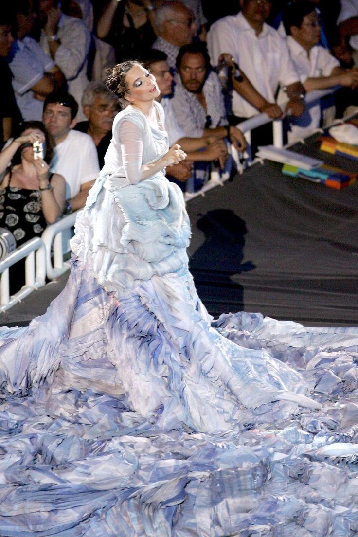 """bjorkfr: """" Björk interprète Oceania aux Jeux Olympiques d'Athènes en 2004 nouvelle photo """""""