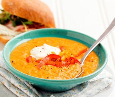 Ett härligt recept på solgul soppa med majs och paprika som serveras med en smaskig skinkciabatta. Soppan gör du av bland annat majs, lök, paprika, mjölk, persilja och crème fraiche. Värmande och smakrik!
