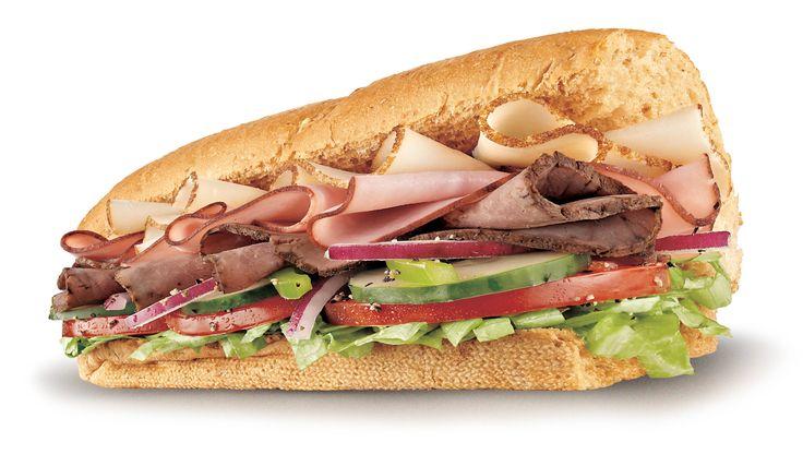 Subway Club. Pechuga de pavo, Roast Beef, jamon cocido, lechuga, tomate, cebolla, pimiento verde y pepino.