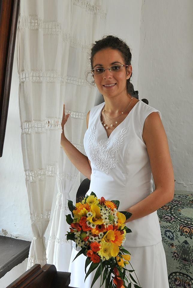 Fehér hímzéses kalocsai mintás menyasszonyi ruha