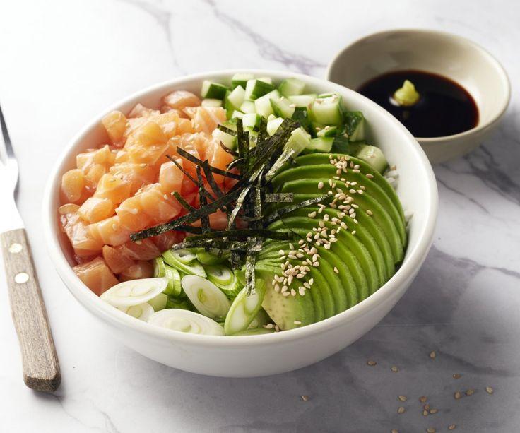 Ciotola di sushi con salmone e avocado - La ciotola di sushi è un modo facile e originale per preparare il sushi in casa. Sapete che anche i giapponesi lo mangiano così quando sono a casa? I famosi rotoli di sushi sono più complicati da preparare e quindi sono solo per le occasioni speciali. Allora provate voi stessi questa deliziosa ciotola di sushi: facile, veloce e con tutti i tipici sapori di questi deliziosi rotoli!