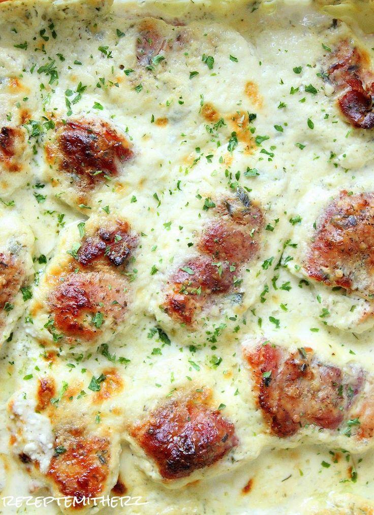 Heute habe ich wieder ein relativ unkompliziertes, schnelles, leckeres Gericht für Euch. Putenröllchen werden in Bacon eingewickelt, kurz angebraten und ab in den Ofen. Schnell eine frische Soße da…
