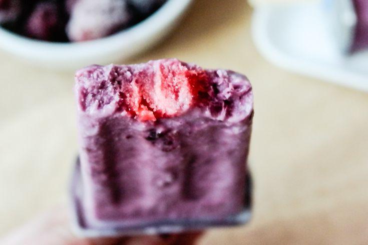 Hjemmelaget vegansk is av kokosmelk , med jordbær og bjørnebær
