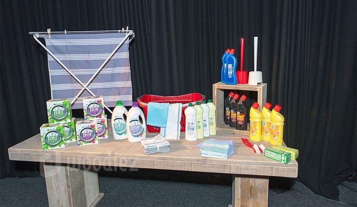 WOODIEZ | Stijlvol producten presenteren op een robuuste steigerhouten tafel. #beursstand #inrichting #steigerhout