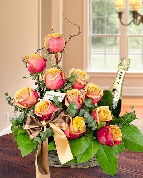 Aranjament floral cu trandafiri portocalii si vin spumant.   Flower arrangement with orange roses and champagne