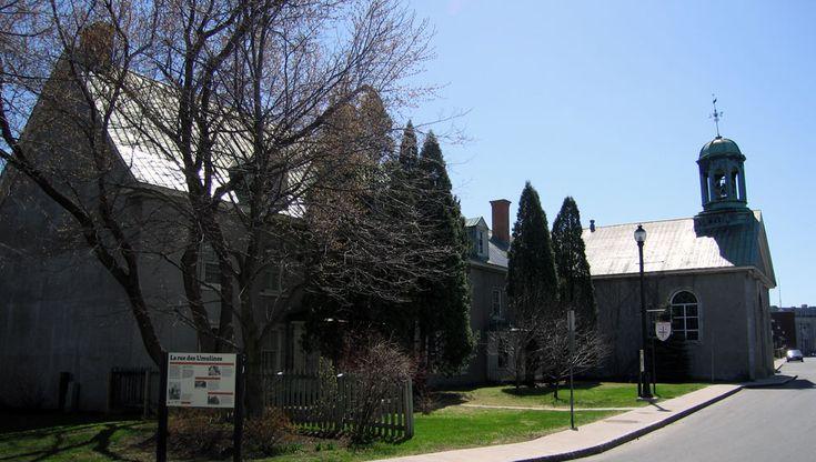 Le site patrimonial des Récollets-de-Trois-Rivières est un ensemble religieux classé qui comprend l'église Saint-James (1754) et son presbytère (1742). Le lieu de culte est à l'origine une chapelle utilisée par les Récollets. Ceux-ci sont forcés d'abandonner leur paroisse en 1776. En 1823, les bâtiments sont cédés à l'Église d'Angleterre. © Ministère de la Culture et des Communications, Jean-François Rodrigue 2006 #RPCQ #TroisRivieres #50PatrimoineTR #TresTR