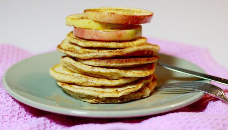 """Het eten van pannenkoeken is gegarandeerd een feestje. Het heeft gewoon iets zó gezelligs, zo'n stapel pannenkoeken op tafel. Het doet me denken aan de pannenkoeken die mijn vader vroeger maakte, waarbij het hele huis naar zoet beslagrook en mijn zussen en ik als dolle hondjes in de keuken dansten.... <a href=""""http://cottonandcream.nl/ricotta-pannenkoeken-gebakken-appel/"""">Read More →</a>"""
