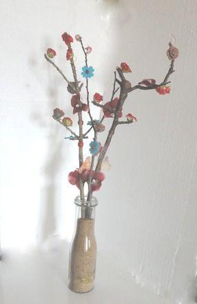 Pour changer du traditionnel bouquet de fleurs, j'ai ramassé trois branches d'arbres que j'ai décorées et  mises dans une bouteille en verre de jus de fruit remplie de sable et  - 20003489