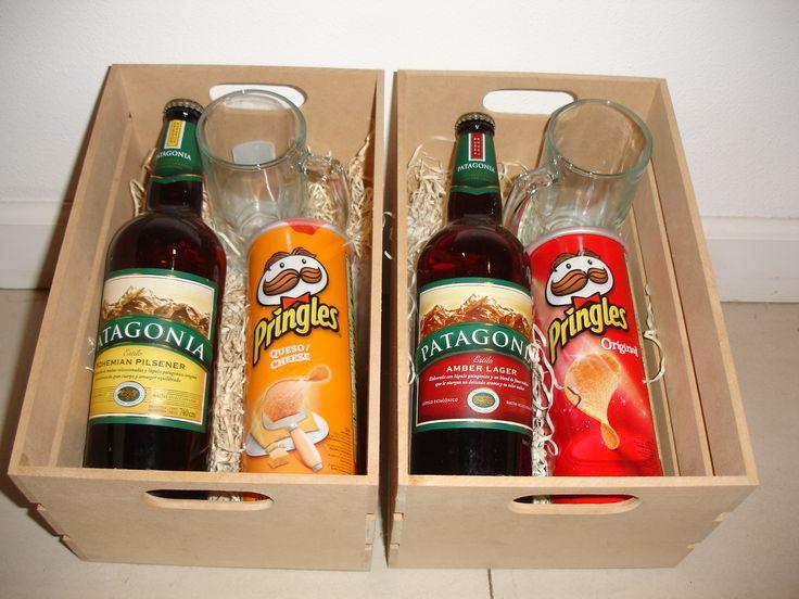 Cajón de madera Conteniendo: 1 cerveza  1 chopp de vidrio y papas fritas