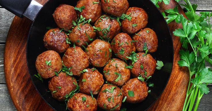 Hjemmelagde kjøttboller er enkelt å lage, og passer til både brun saus og tomatsaus. Her får du en oppskrift på kjøttboller uten egg.