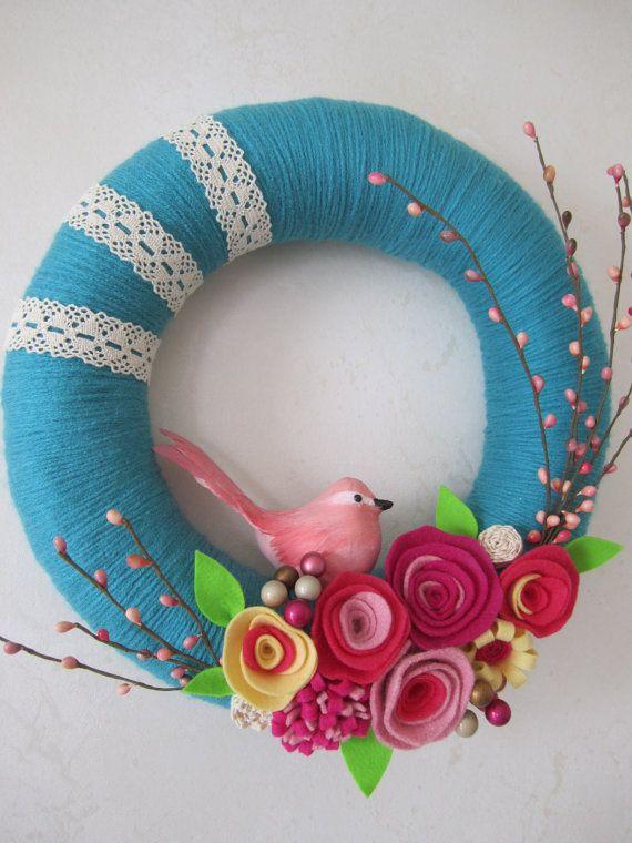 I like the yarn and lace wrapping. Voorjaarskrans, met wol omwikkelen en vilten bloemen en takjes uit de tuin, zo mooi...