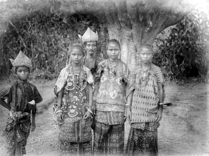 King Bilba & family, Rote Island