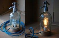 Szódásüvegből készített asztali lámpa kék textilkábellel
