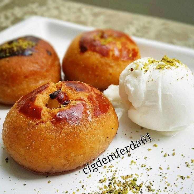 Şeker Pare Tarifi için Malzemeler Hamur için;   200 gram tereyağı ya da margarin  2 adet yumurta (bir yumurtanın sarısını üzerine sürmek için ayırın)  1 çay bardağı yoğurt