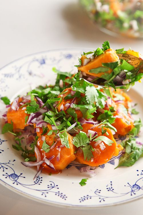 sweet potato salad 4 zoete aardappelen 1 kleine rode ui 1 bosje koriander 1 limoen (het sap) 6 el zoete chili saus Schil de zoete aardappelen en snij ze in plakken van een dikke centimeter. Kook of stoom ze gedurende 10 min tot ze zacht zijn maar nog niet uiteenvallen. Hak het ui fijn en doe in een kom. Hak de koriander grof en doe ook samen met het limoensap bij de ui. Giet de aardappelen af en doe ze bij de rest. chilisaus erover, meng goed en laat bijvoorkeur een uur of 2 staan