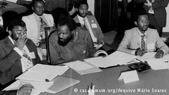 Delegação da UNITA com Jonas Savimbi (no centro) durante as negociações com o Governo de Portugal para o Acordo do Alvor, que quis preparar Angola para a independência em 1975