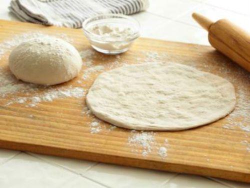 Ζύμη για πίτσα με αλεύρι και γιαούρτι