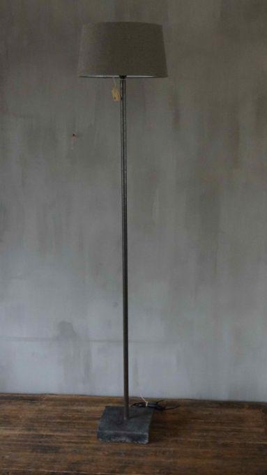 HOGE LAMP VAN ONBEHANDELD STAAL EN BETONNEN VOET. Afhaalprijs. Bezorg- of transportkosten op aanvraag