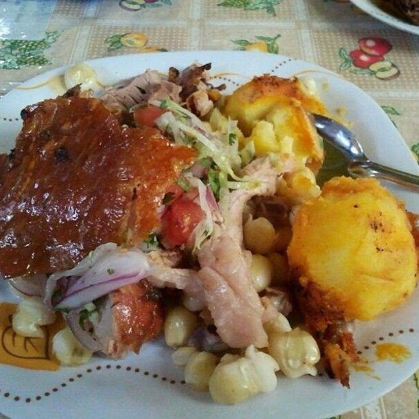 #hornadoecuatoriano, con maíz tostado, mote, agrio, tortillas de papa y quedo, plátano frito, que rica es la #ecuadorianfood