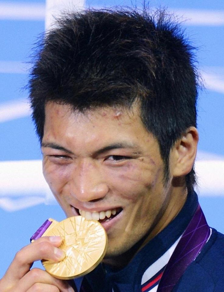 ボクシング男子ミドル級 メダルかじるポーズの村田