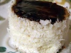 Ingrediente pentru blat : 8 oua 10linguri zahar 12 linguri faina 8 linguri apa fierbinte 1/2 plic praf de copt (reteta originala prevede sa pui si 1 lingura cacao ,dar eu am renuntat la ea ) Ingrediente crema : 500 ml lapte 3 plicuri zahar vanilat (sau esenta de vanilie) 6 linguri faina 200 gr