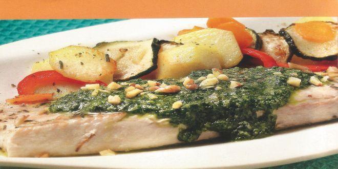 Reineta al Horno con Pesto y Romero, una deliciosa receta para cuatro personas que puedes preparar igualmente utilizando tilapia u otro pescado similar.