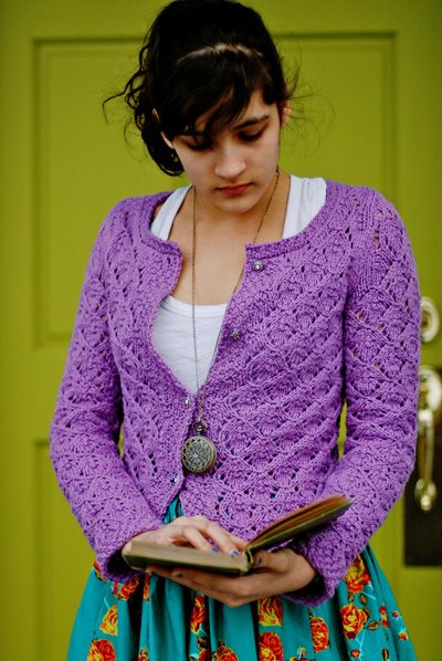 Perfect little summer cardi. Que Sera Cardigan by Kirsten Kapur. FREE pattern! I must knit this! Many fine examples on Ravelry for inspiration.....