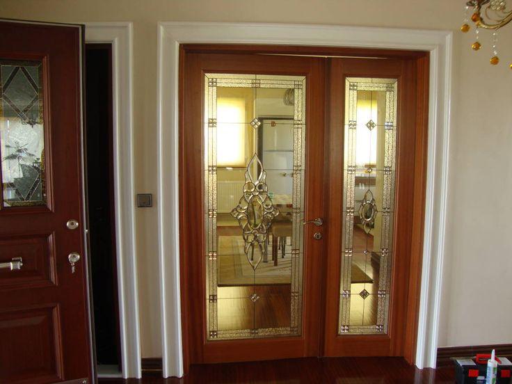 Drzwi z witrażem. Zobacz więcej na:https://www.homify.pl/katalogi-inspiracji/39407/drzwi-wewnetrzne-nietypowe-rozwiazania