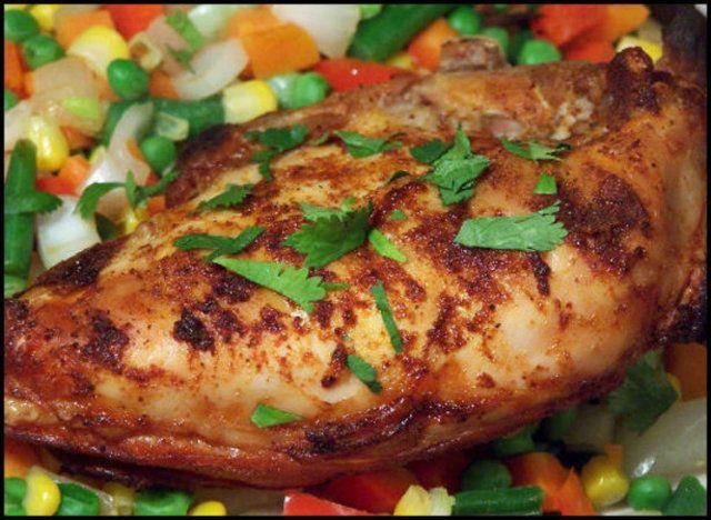 O Peito de frango com grãos de milho é preparado com pedaços de frango assado temperados com limão e servidos com milho, pimentões e cebola.