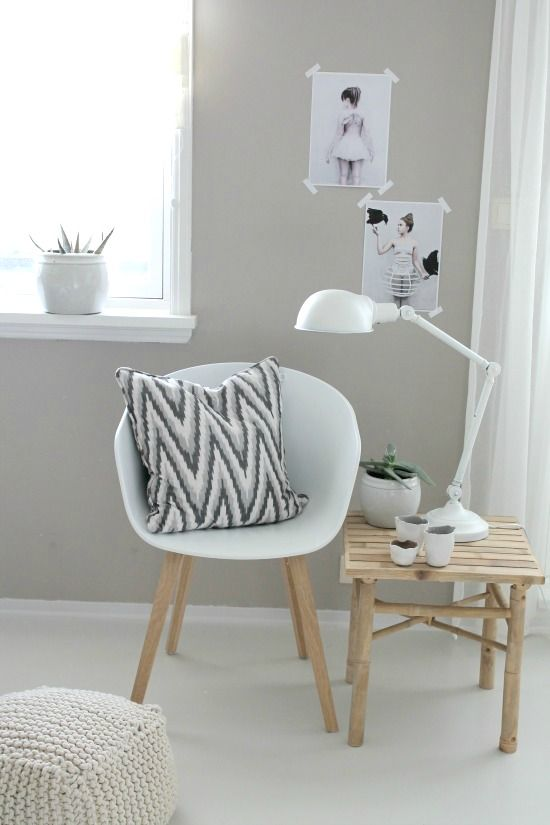 We ♥ this mini-work space! (Okay, it may actually be a reading nook, but either way, we still love it.)