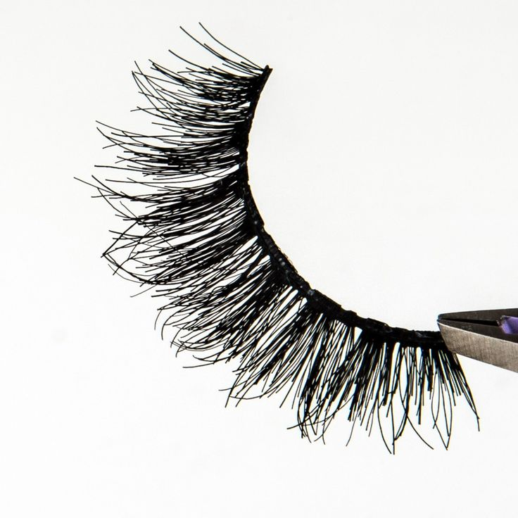 🌬 Lash focus on our #SmokeyMuseLashes featuring a more flexible band!   ✨ Multi-layered, moderately dense, and oh-so wispy lash style is made with our thin flexible band for extra style and comfort. Supremely fitting for every smokey eye or a night on the town. ✨  #houseoflashes #lashgamestrong #lashes #lashfocus #wispylashes #glamlashes