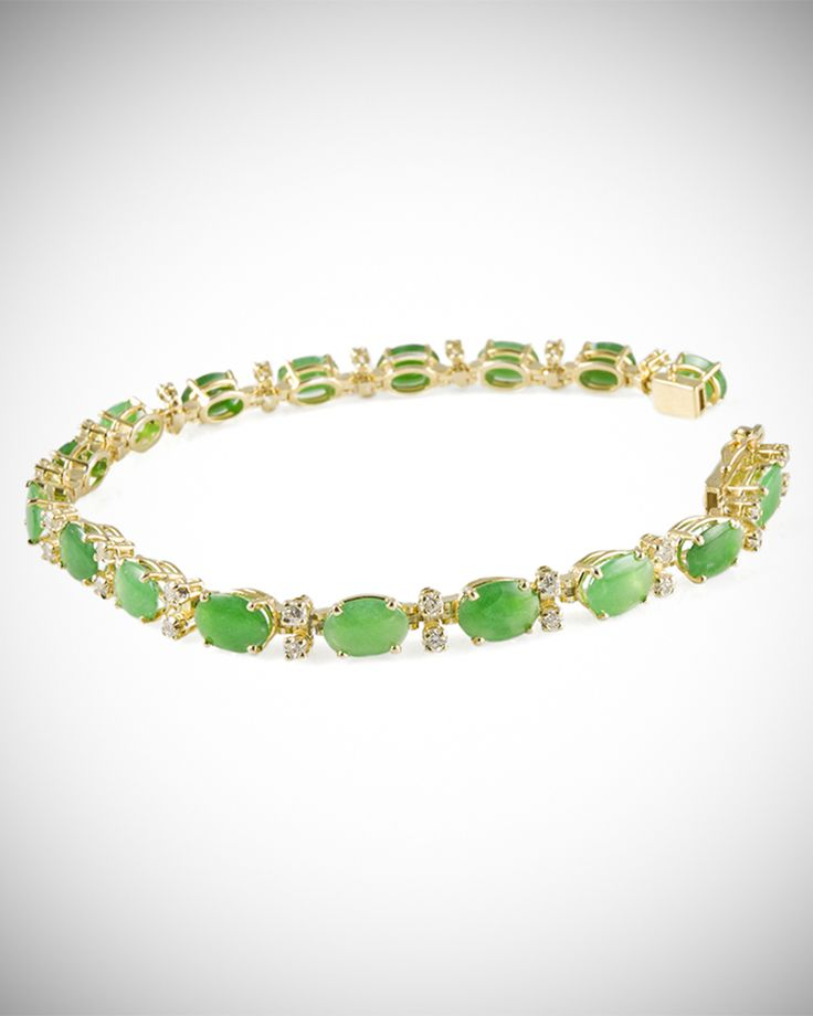A very unique piece, assembled with the best and rarest Imperial green jadeite jade, together with 32 diamond points, all mounted on a gold bracelet.