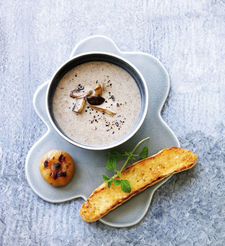 Svampesuppe er lig med sensommer- og efterårskøkken. I denne opskrift kombinerer vi tørrede og friske svampe for mest mulig smag og aroma.