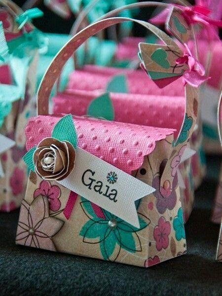 Obsequia detalles o souvenirs con estas lindas cajitas con forma de bolso. Todas tienen como base el mismo molde y puedes hacer las combinac...