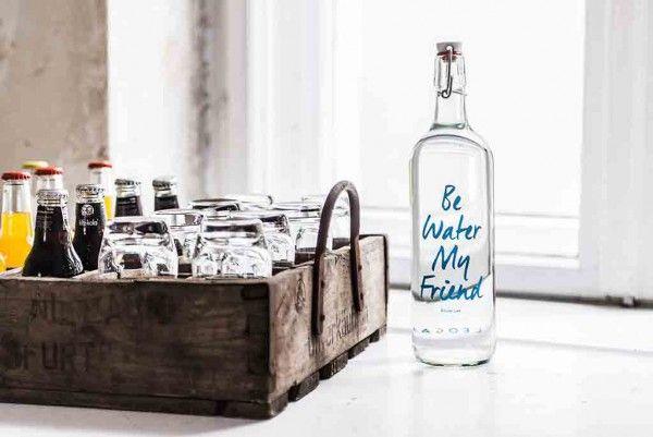 Liebe zum Detail: eine alte Holzkiste wird zum Tablett für Gläser, Saft und Fritz Cola. Und Wasser wartet in dekorativen Glasflaschen auf Durstige (Foto Gebrueder_Fritz)