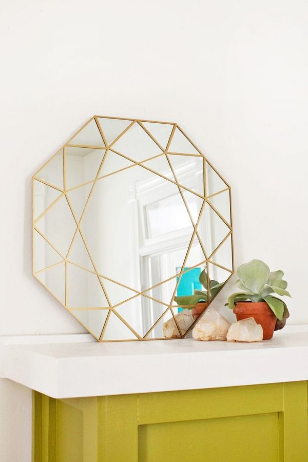 Bonjour les accros des DIY déco ! Aujourd'hui je vous présente comment réaliser un superbe miroir aux formes géométriques pour un moindre coup.