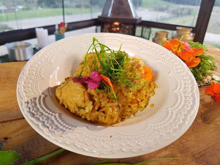 Essa tradicional e deliciosa Galinhada Caipira foi feita pelo Chef Pedro Benoliel com a ajuda da Dona Laura, lá de Rancho Queimado, Santa Catarina, e o resultado é um almoço caprichado e muito saboroso!