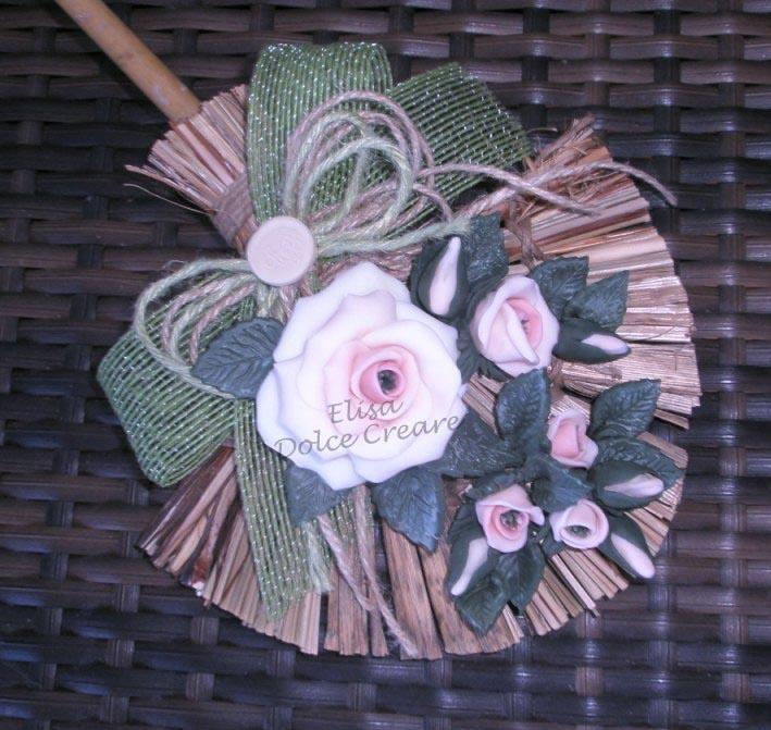 Scopa a ventaglio con rose rosa in pasta di mais