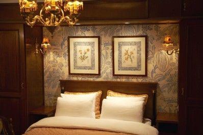 Hotel Estherea ligt in het hart van de stad en is gevestigd in een aantal historische panden aan het Singel, de oudste hoofdgracht van Amsterdam. Achter de 17de eeuwse gevel wacht u een warm welkom. Wollen tapijten, kristallen kroonluchters en weldadig meubilair vormen een oase van rust in een stad die leeft.