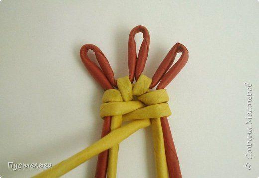 """Петушок для 2017 года. Потребуется 10 красных и 14 жёлтых трубочек из полос газетной бумаги шириной 8 см, длиной 30 см, накрученные на спицу D=2 мм. В работе используются ножницы, клей ПВА, морилки для дерева на водной основе """"Лиственница"""" и """"Красное дерево"""",  фото 8"""