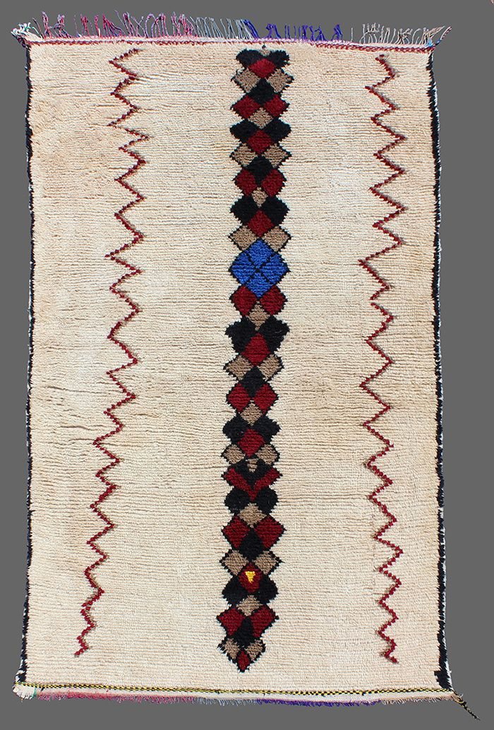 """Un tapis Azilal de #SecretBerbere dans le dossier """"Les tapis orientaux"""" de Sarah De Beaumont de @admagazinefr"""