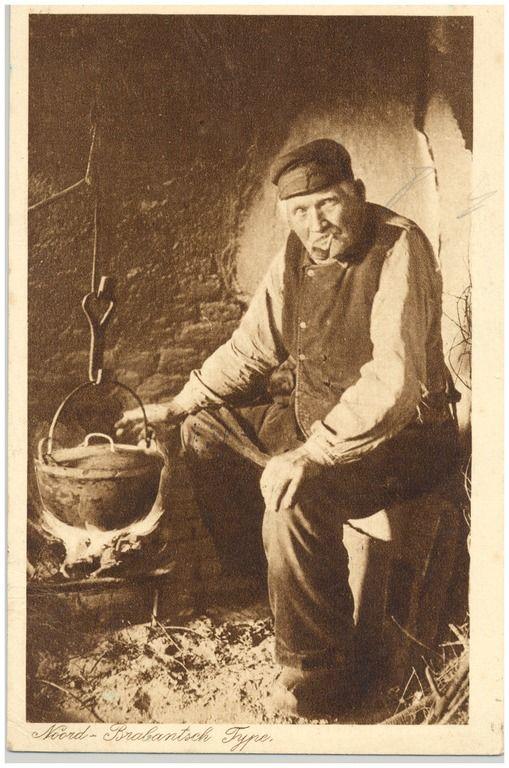 Voedselbereiding : het koken van de maalijd door de boer, op open vuur in de schouw 1900-1920 Brabant#