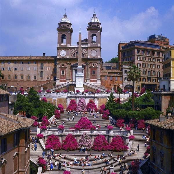 Garden La Piazza: Escaliers Fleuris Au Printemps De L'Église De La Trinité