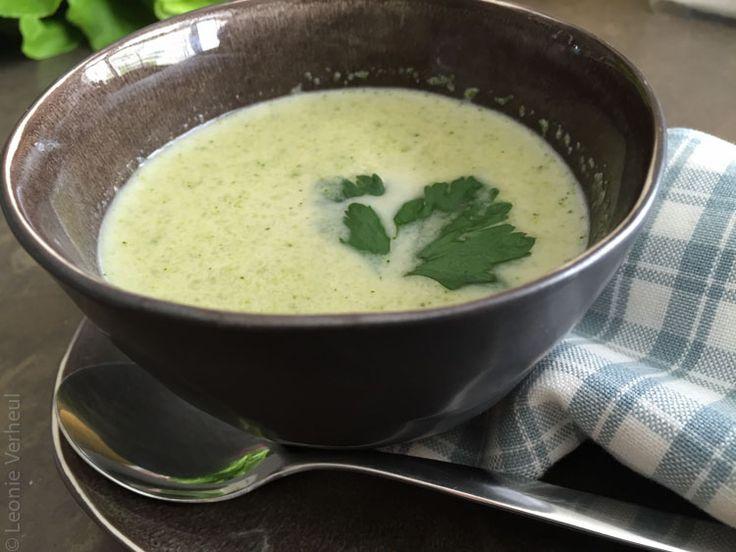 Ik ben dol op recepten waar je weinig ingrediënten voor nodig hebt en die snel klaar zijn, dit is recept voor broccoliroomsoep is er zo een. Ik had nog een halve broccoli over van mijn frittata en maakte daarmee deze snelle soep. Met slechts 5 ingrediënten ben je klaar en heb je een broccoli roomsoep …