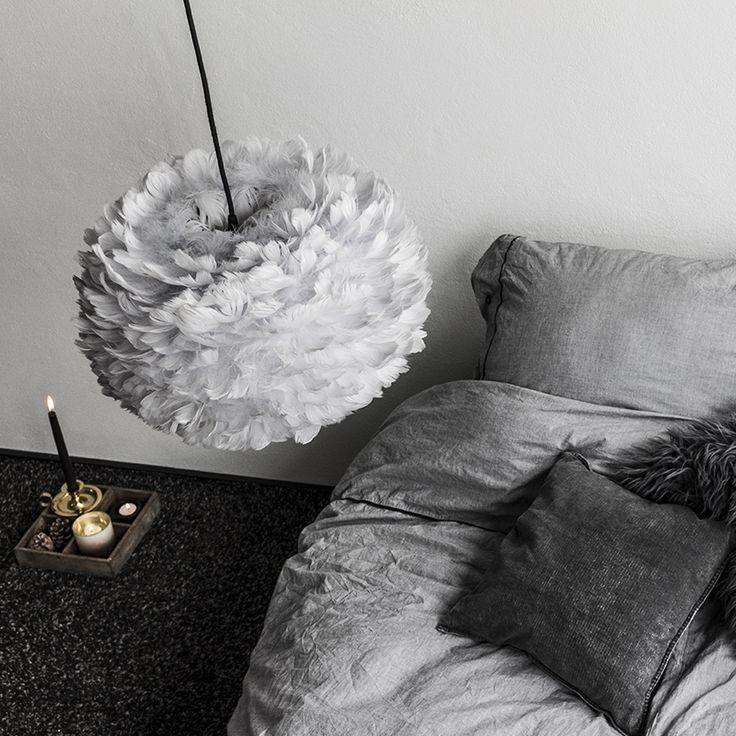 Flot håndlavet grå fjerlampe fra danske VITA copenhagen med smukke gåsefjer syet og limet i hånden. Dette giver en fantastisk smuk pendel, lampen giver en hyggelig stemning og et dejligt blødt og behageligt lys og er perfekt til at hænge over et bord, i en gang eller et soveværelse.