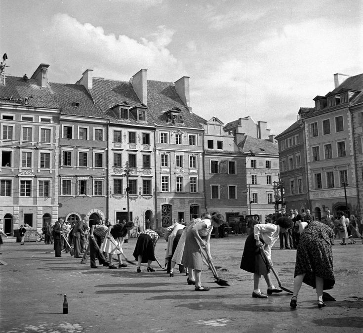 akcja sprzątania Rynku Starego Miasta po odbudowie w 1953 r.